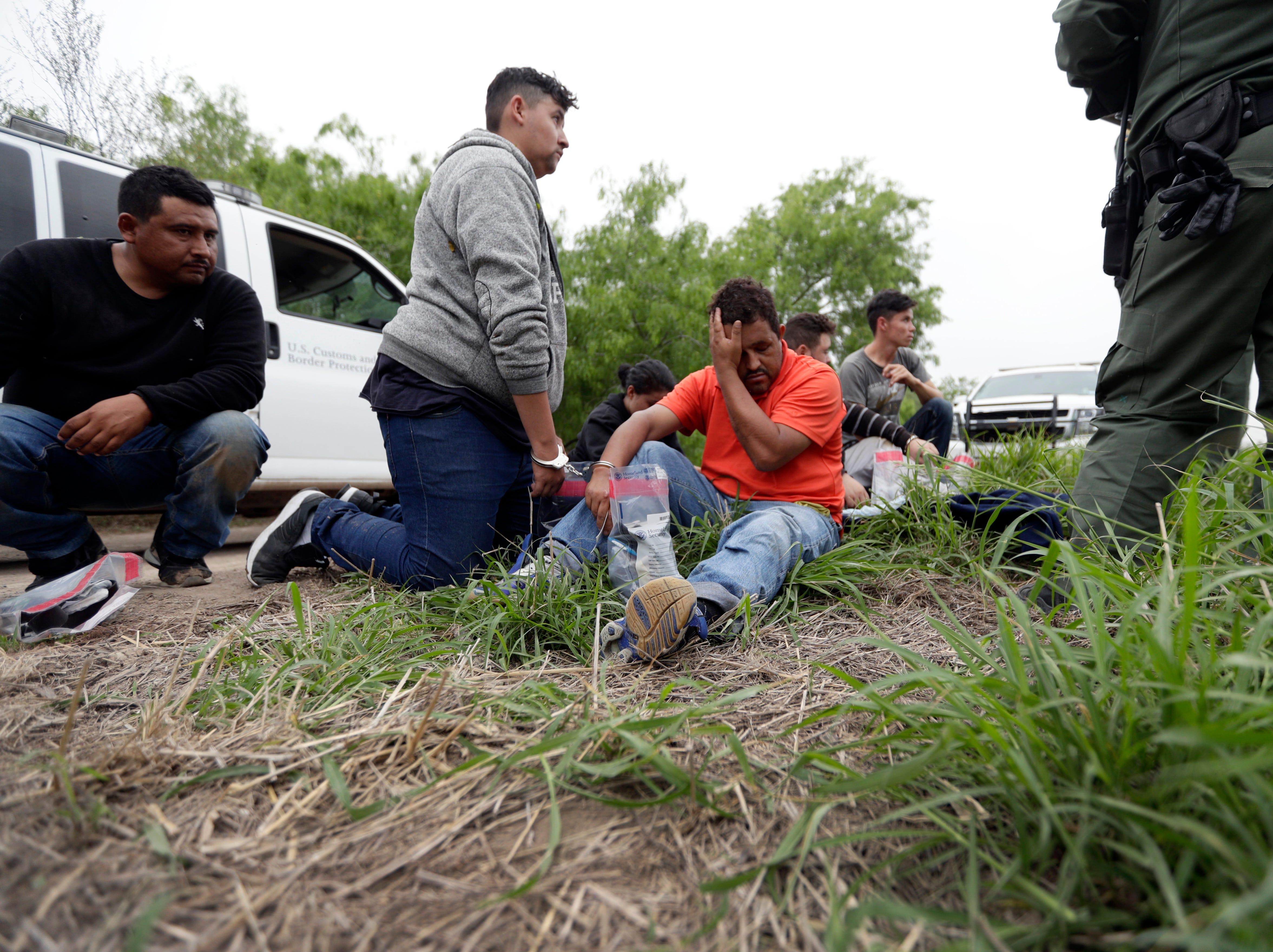 La Patrulla de Fronteras está tan abrumada con la atención de los migrantes, que debe alimentar y alojar, que esta semana dijo que comenzará a liberar a algunas familias para desocupar espacio en el centro de procesamiento.