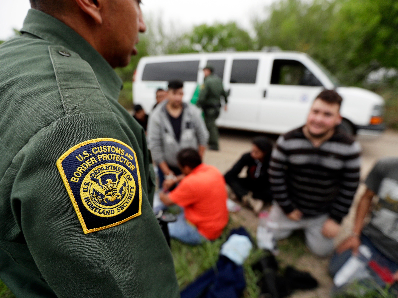 Oleadas de familias desesperadas tratan de cruzar la frontera constantemente e ingresar a un sistema de detención que está desbordado.
