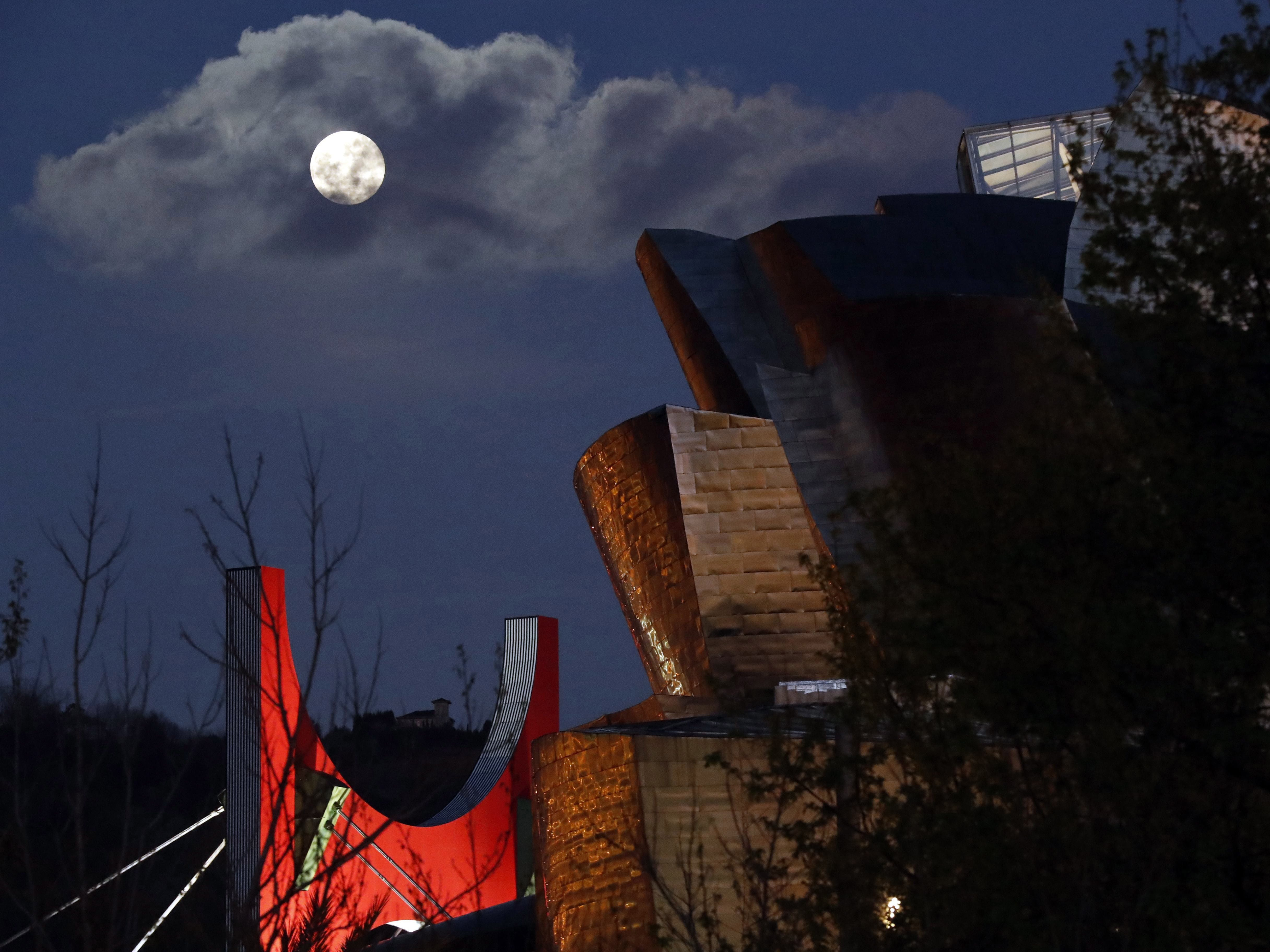 epa07451621 A view of the supermoon that announces the start of the spring over the Guggenheim Museum in Bilbao, Spain, 20 March 2019.  EPA-EFE/LUIS TEJIDO ORG XMIT: GRAF7472