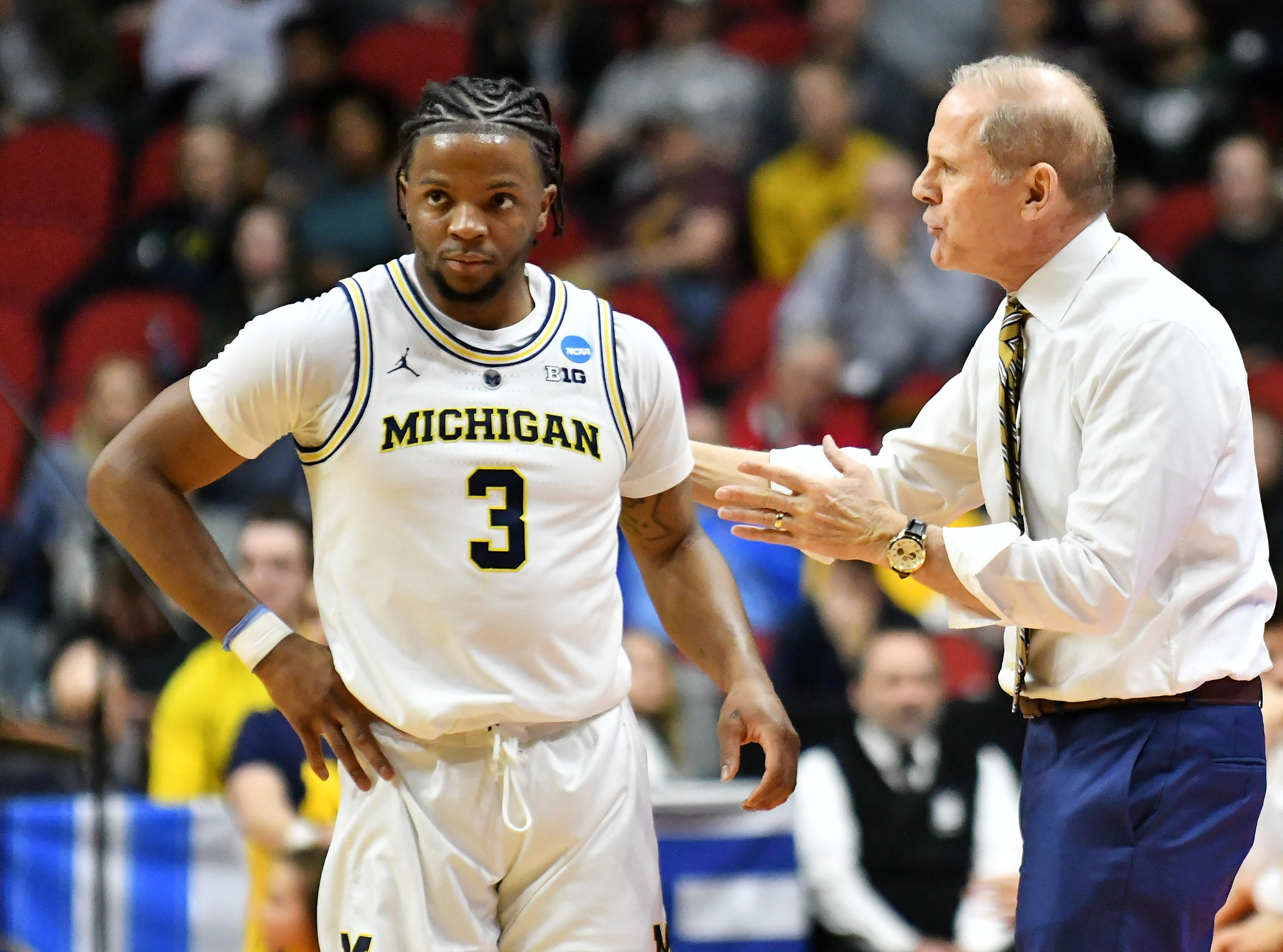 Michigan head coach John Beilein talks with Michigan guard Zavier Simpson (3) in the first half.  Michigan vs Montana for Round 1 of the NCAA Tournament at Wells Fargo Arena in Des Moines, Iowa.