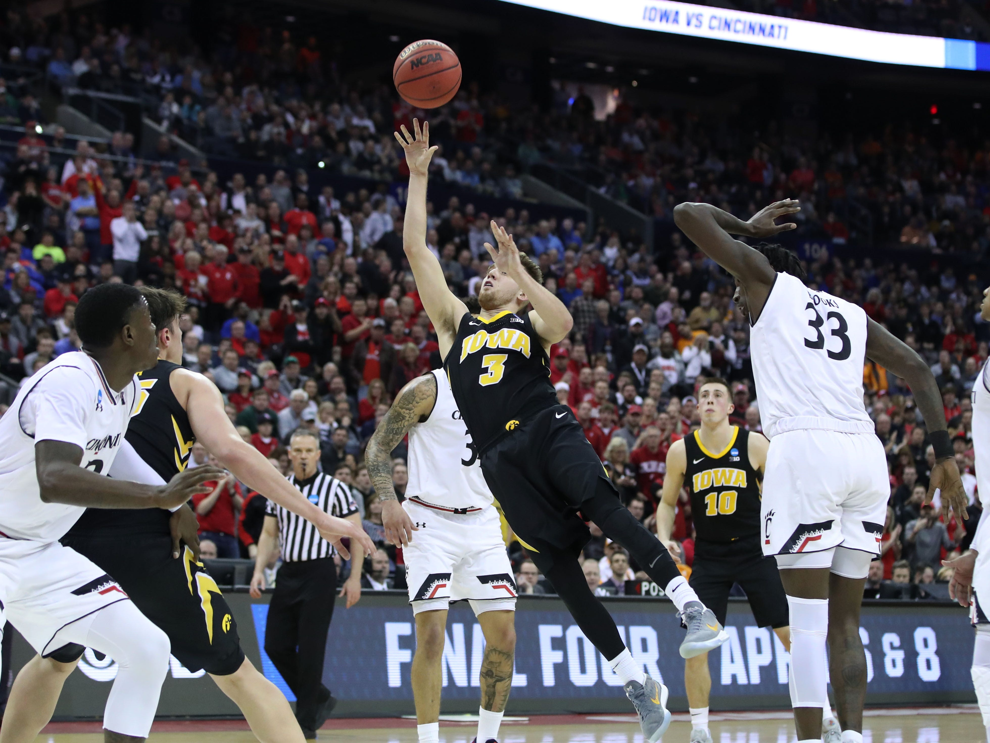 Iowa Hawkeyes guard Jordan Bohannon (3) shoots the ball in the second half against the Cincinnati Bearcats in the first round of the 2019 NCAA Tournament at Nationwide Arena on March 22, 2019.