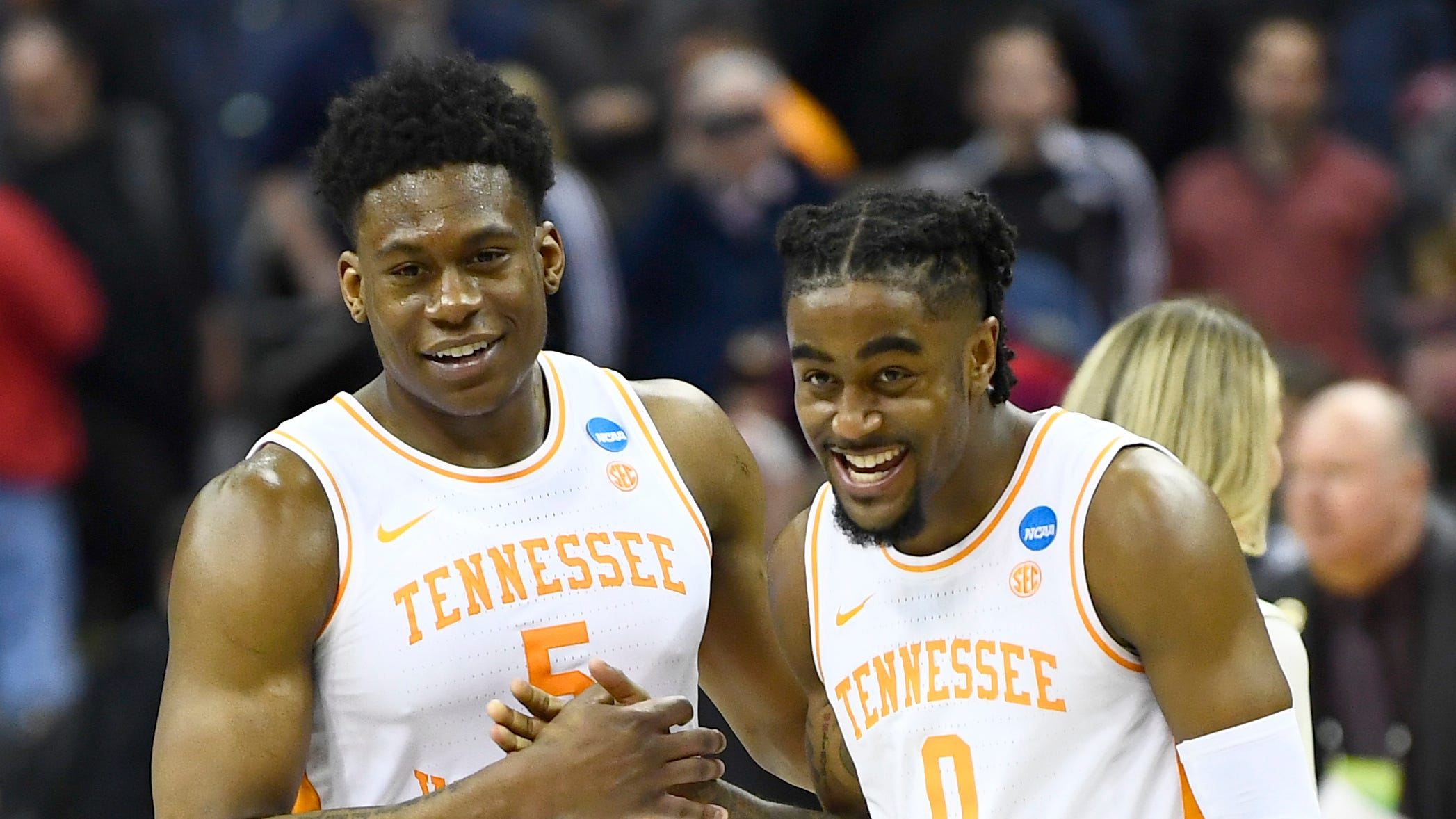 Tennessee guard Admiral Schofield (5) and...