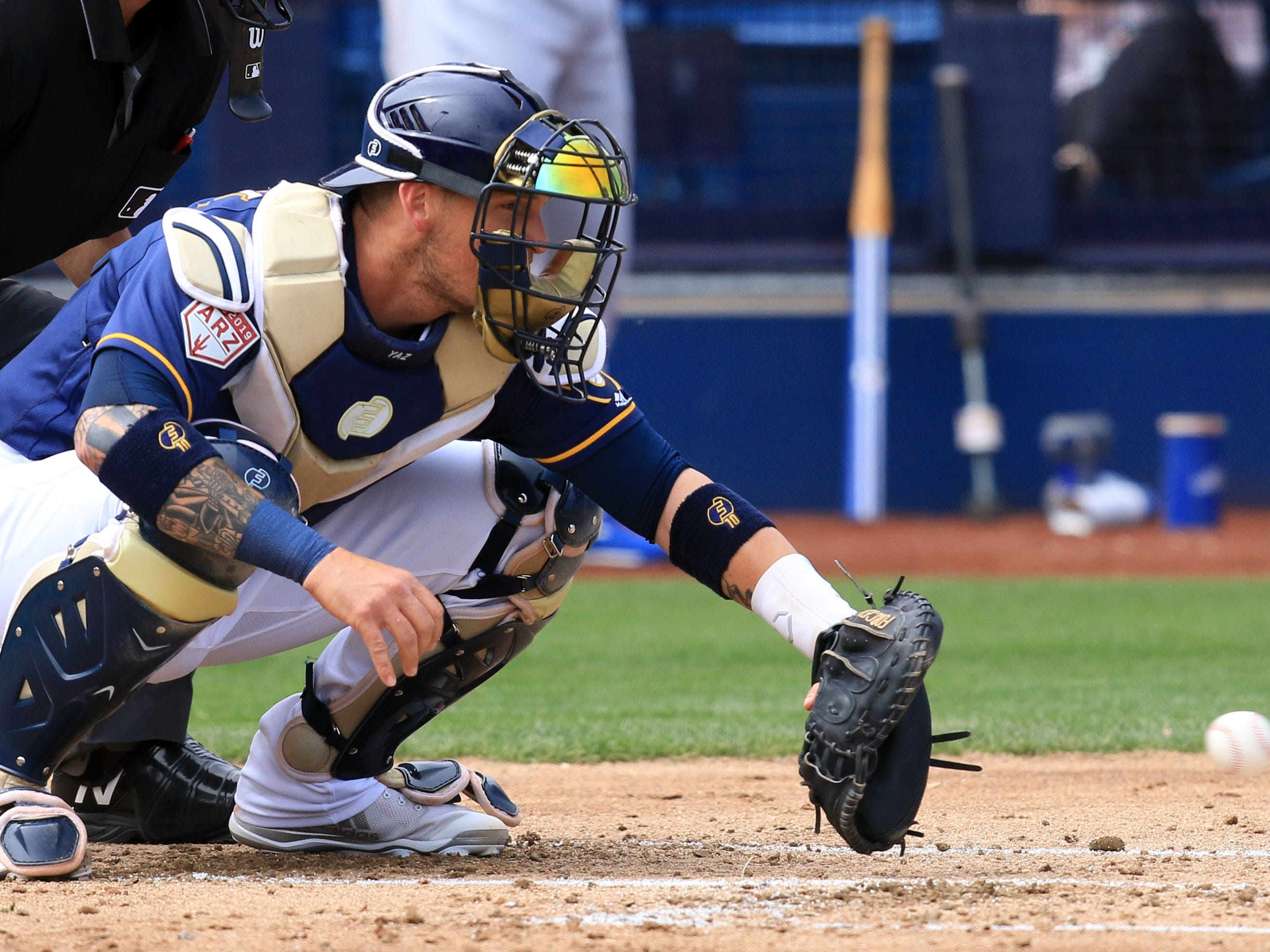Brewers catch Yasmani Grandal gets ready to receiver a pitch against his former team Thursday.