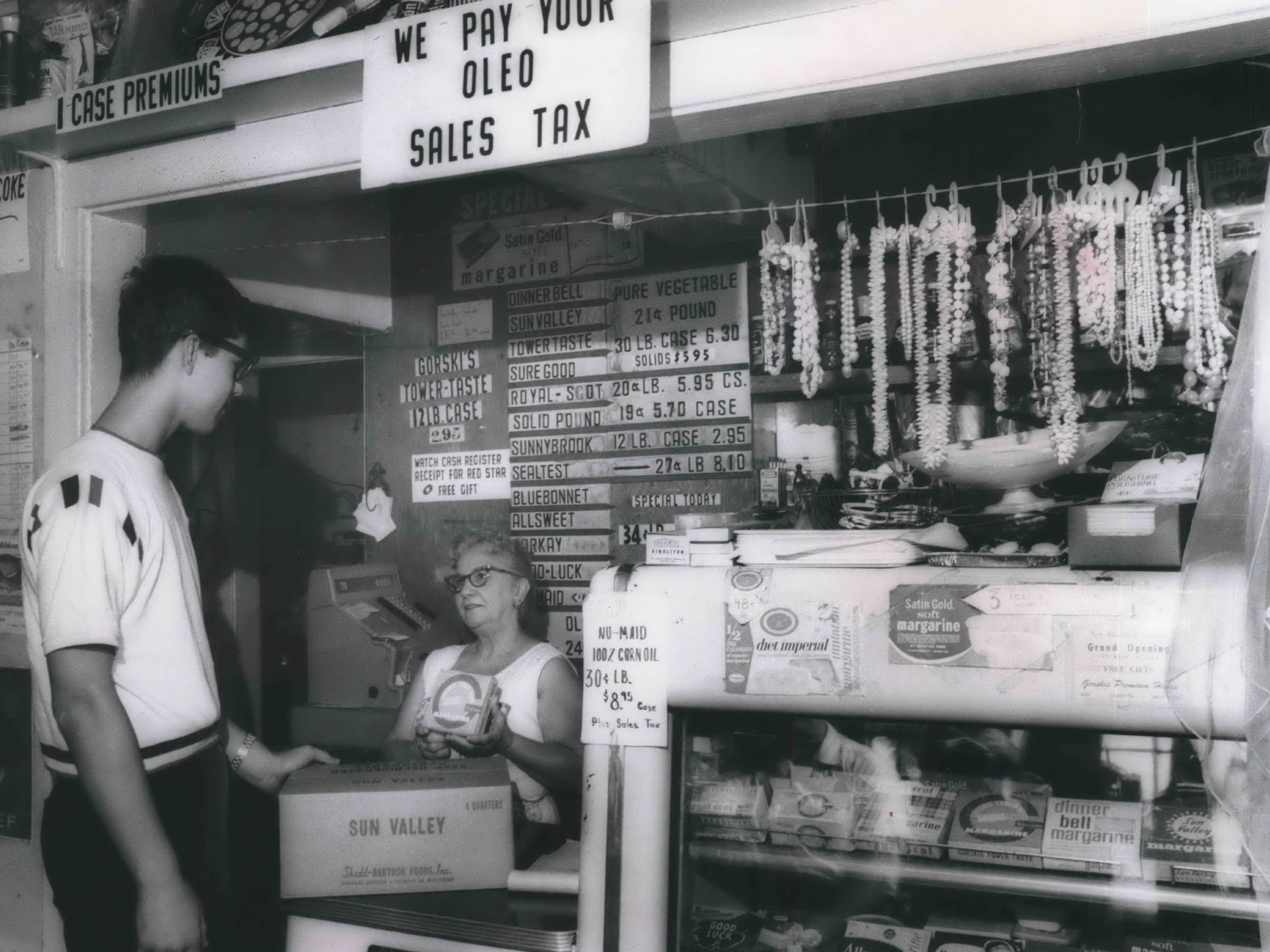 After Wisconsin repealed its oleo ban in 1967, sales across the border in Illinois began to drop. Vendors like this one in a restaurant near the state line offered to pay the oleo sales tax as a way to keep business.