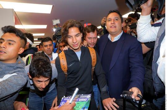 Diego Lainez fue recibido por sus fans en el aeropuerto de San Diego.