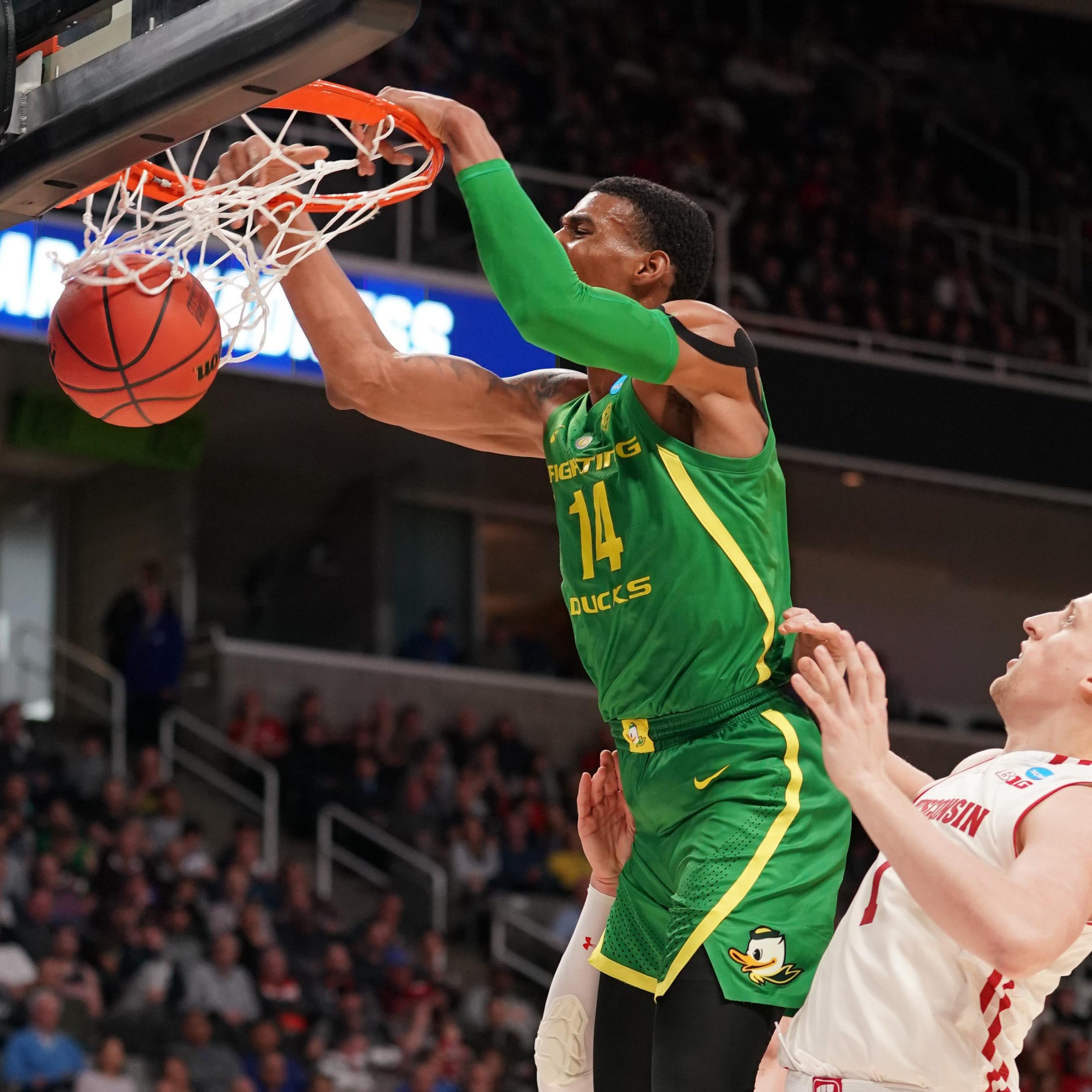 NCAA Tournament: Oregon's Kenny Wooten puts on a dunk, block party against Wisconsin