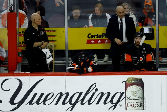 Claude Giroux (28) and Sean Couturier (14) react on the bench during the final minutes of the third period of a 4-2 loss to the New York Islanders.