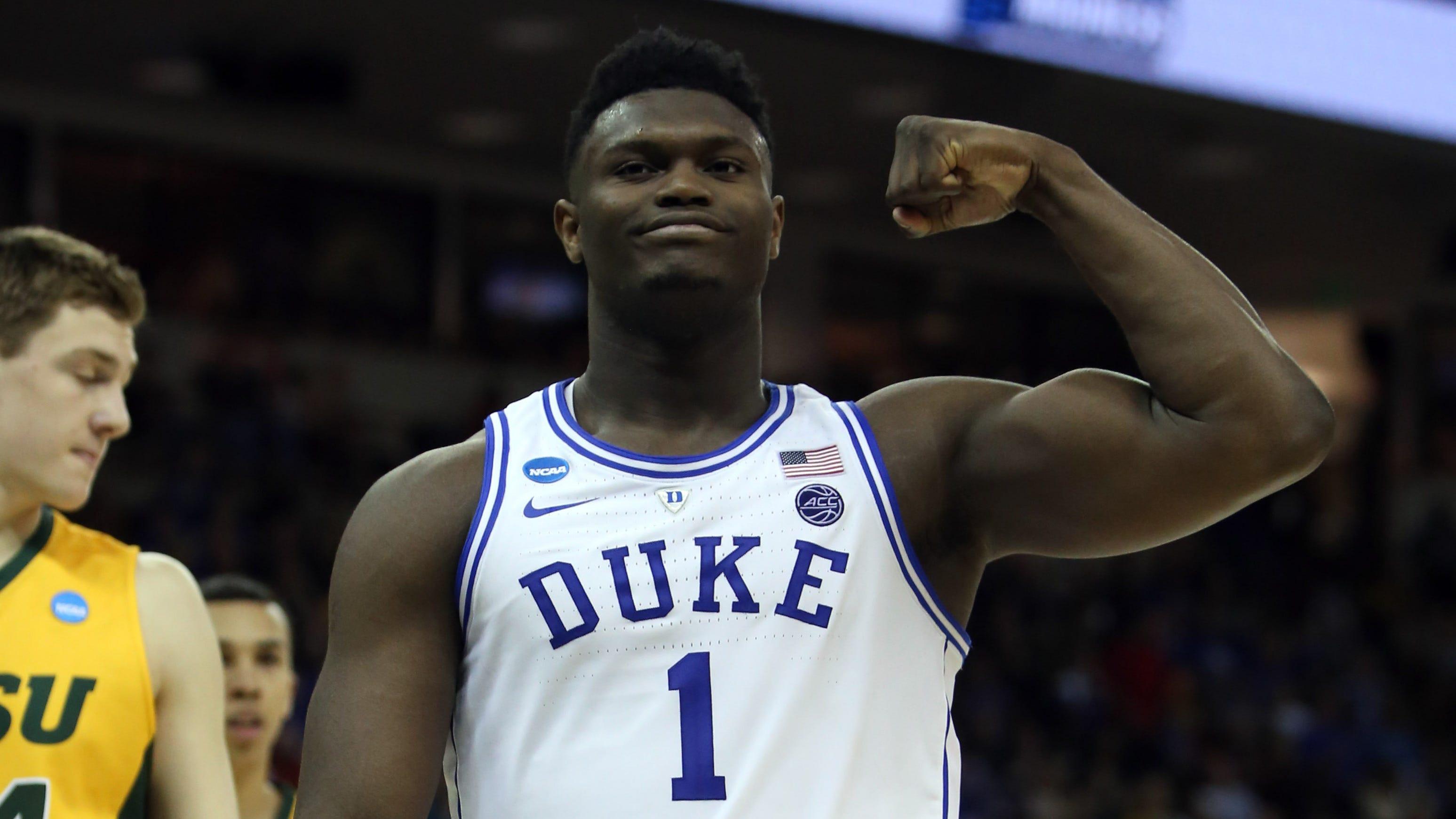 Zion Williamson flexes during Duke's first-round...