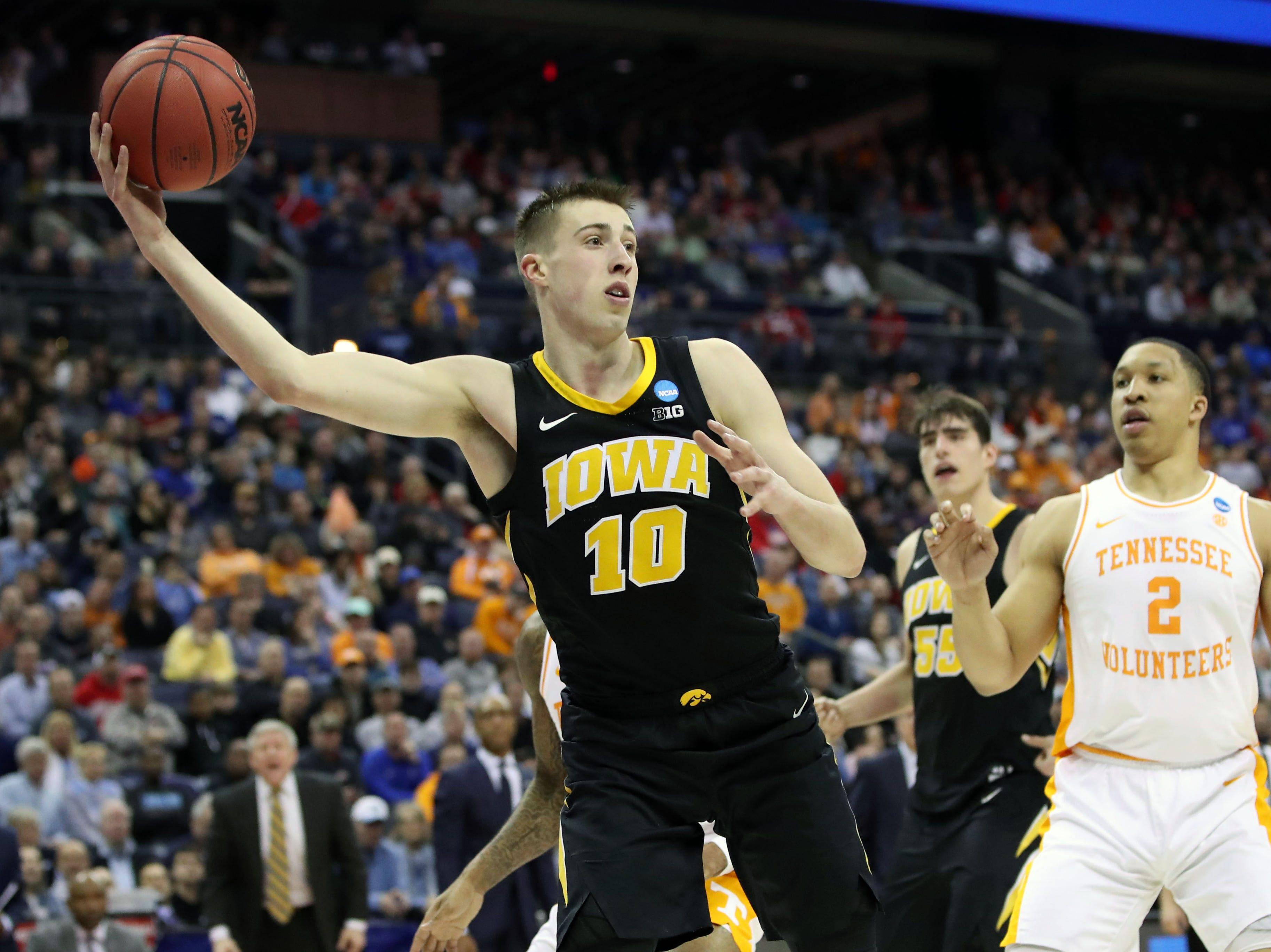 Iowa Hawkeyes guard Joe Wieskamp (10) looks to pass the ball in the second half against the Tennessee Volunteers in the second round of the 2019 NCAA Tournament at Nationwide Arena.