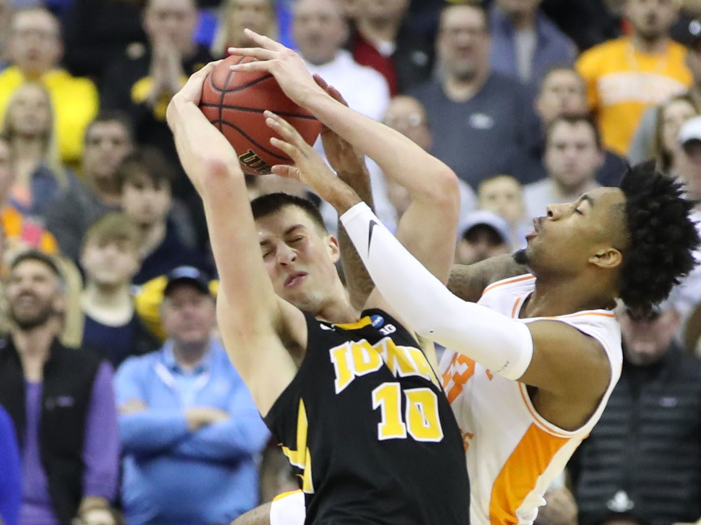 Iowa Hawkeyes guard Joe Wieskamp (10) and Tennessee Volunteers guard Jordan Bowden (23) battle for the ball in the second half in the second round of the 2019 NCAA Tournament at Nationwide Arena.