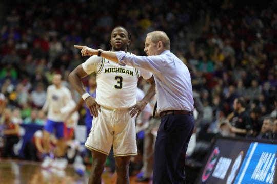 Michigan coach John Beilein talks to Zavier Simpson during the first half against Florida in the NCAA tournament Saturday, March 23, 2019 at Wells Fargo Arena in Des Moines, Iowa.