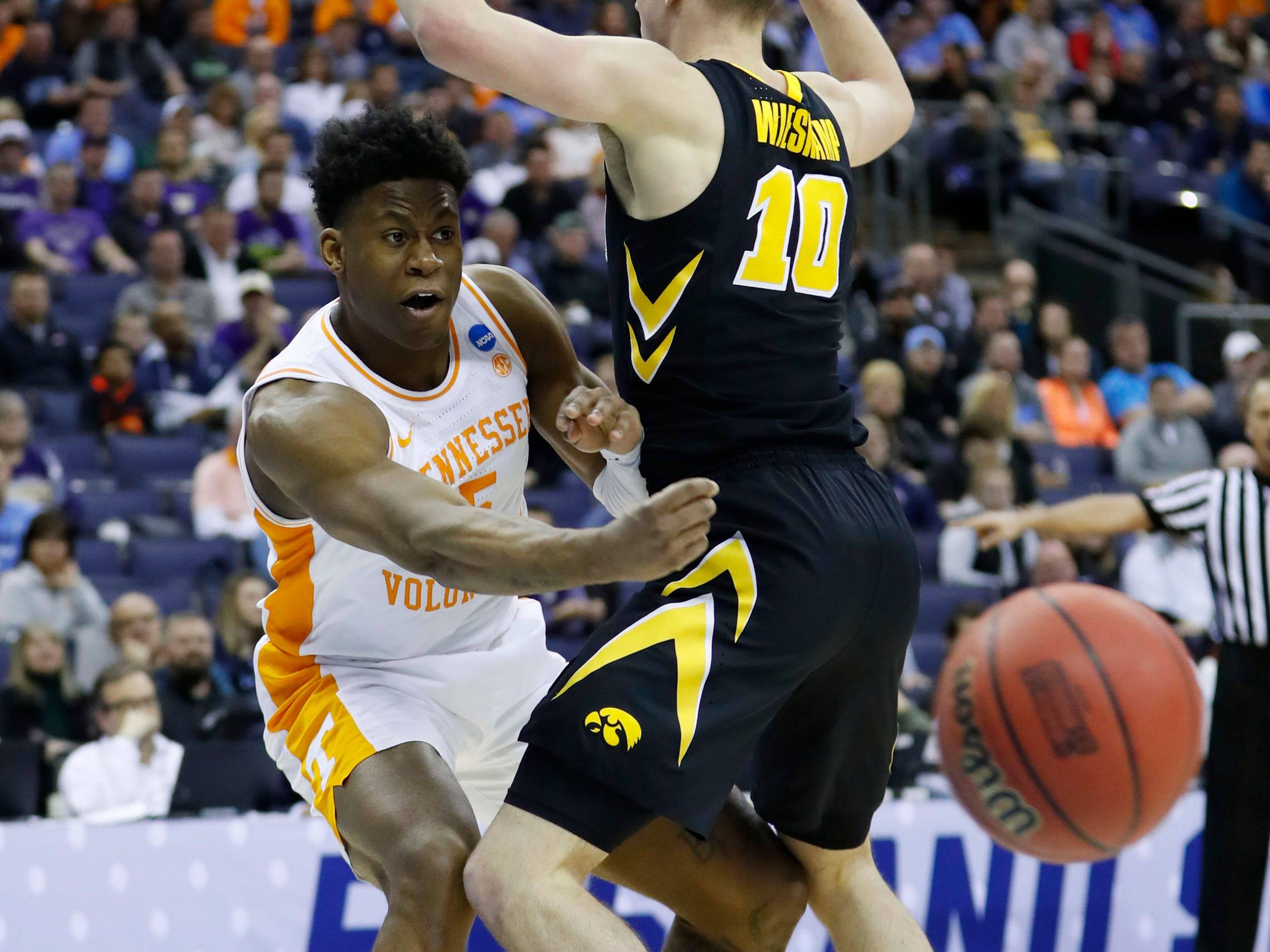 Tennessee Volunteers guard Admiral Schofield (5) passes the ball by Iowa Hawkeyes guard Joe Wieskamp (10) in the second half in the second round of the 2019 NCAA Tournament at Nationwide Arena.