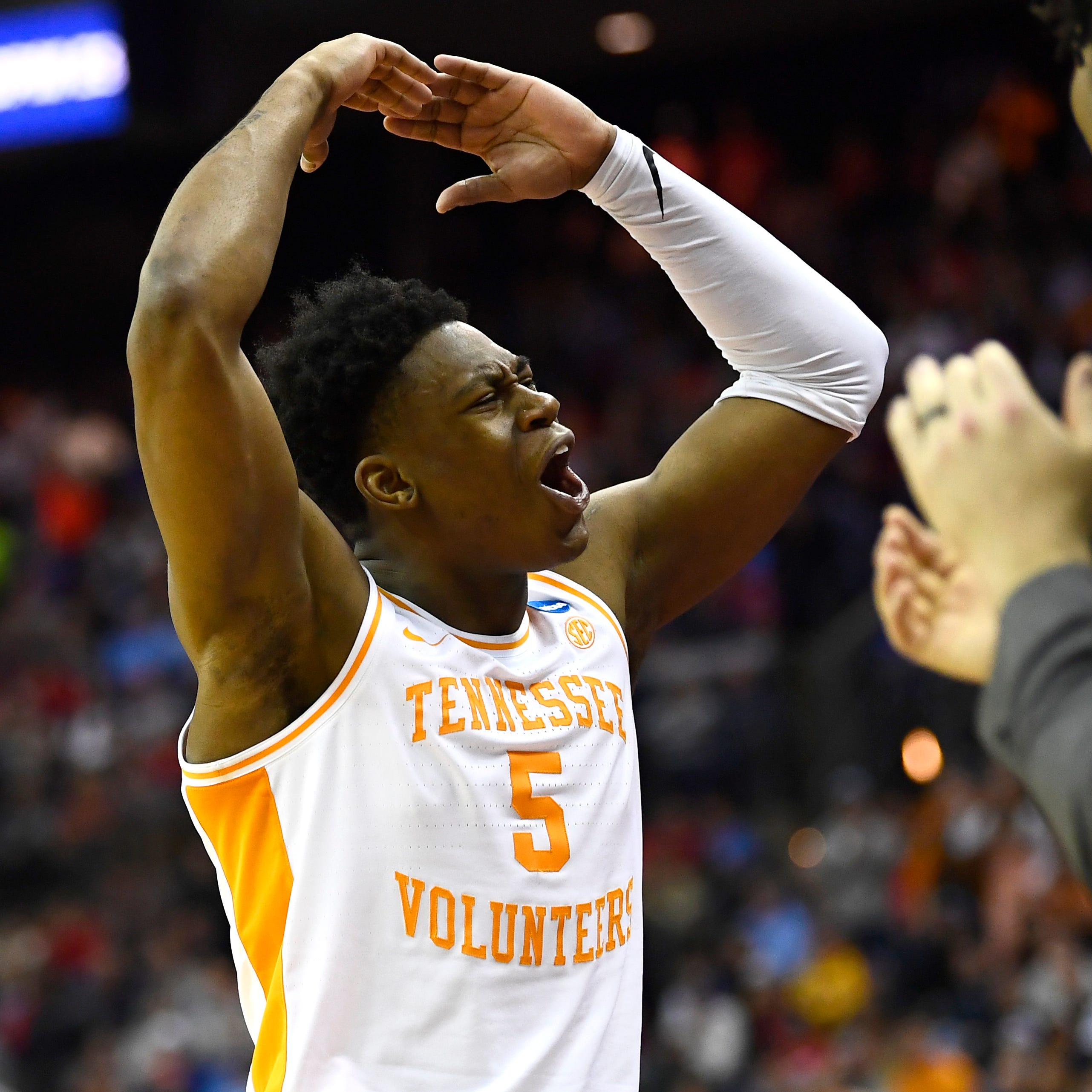 Tennessee basketball's Admiral Schofield took himself out of game to help beat Iowa