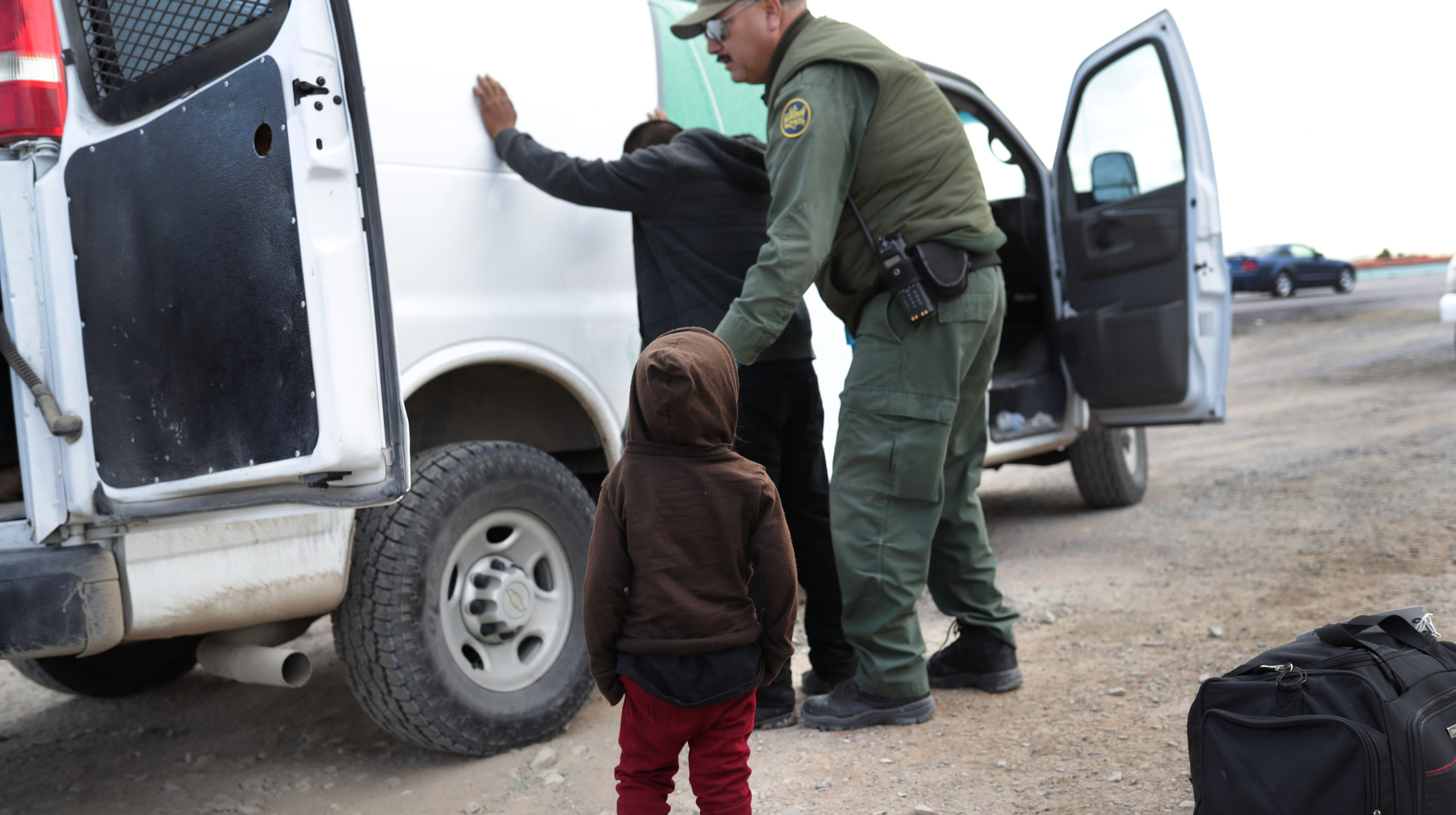 Un niño pequeño observa cómo un agente toma en custodia a su papá en El Paso, Texas.