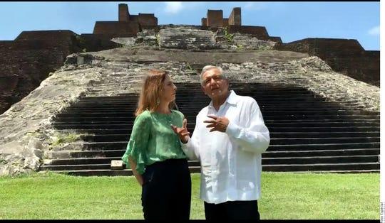 Acompañado de su esposa Beatriz Gutiérrez (izq.), el Presidente AMLO recordó que la Conquista de México no sólo se llevó a cabo con el uso de la fuerza, sino también con la religión.