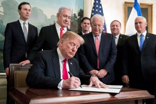 Trump firma el decreto junto al Primer Ministro de Israel.