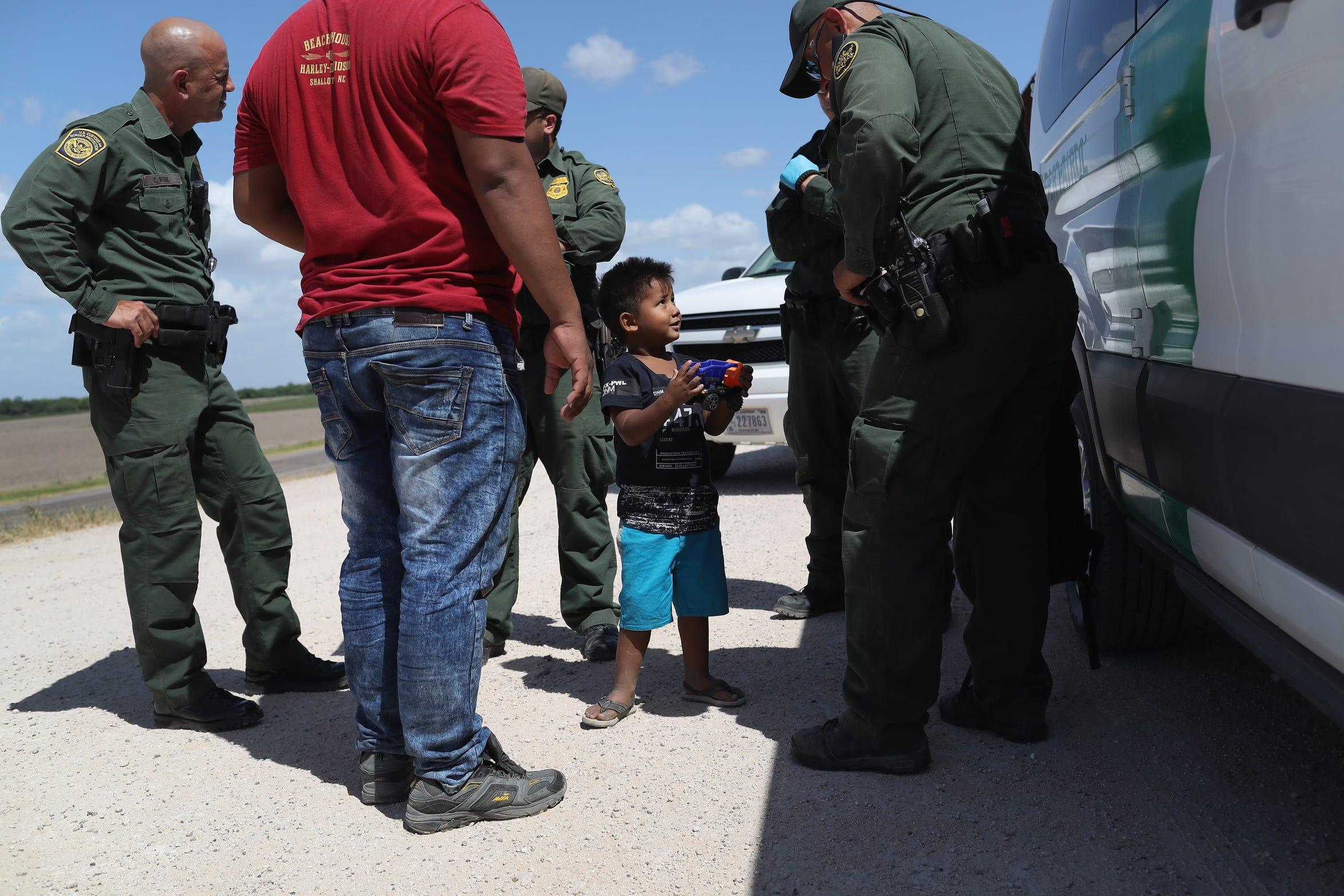 Un niño y su padre de Honduras son tomados en custodia por agentes de la Patrulla Fronteriza en Texas.