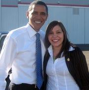 Lisa Fernández junto al ex presidente de EEUU Barack Obama.