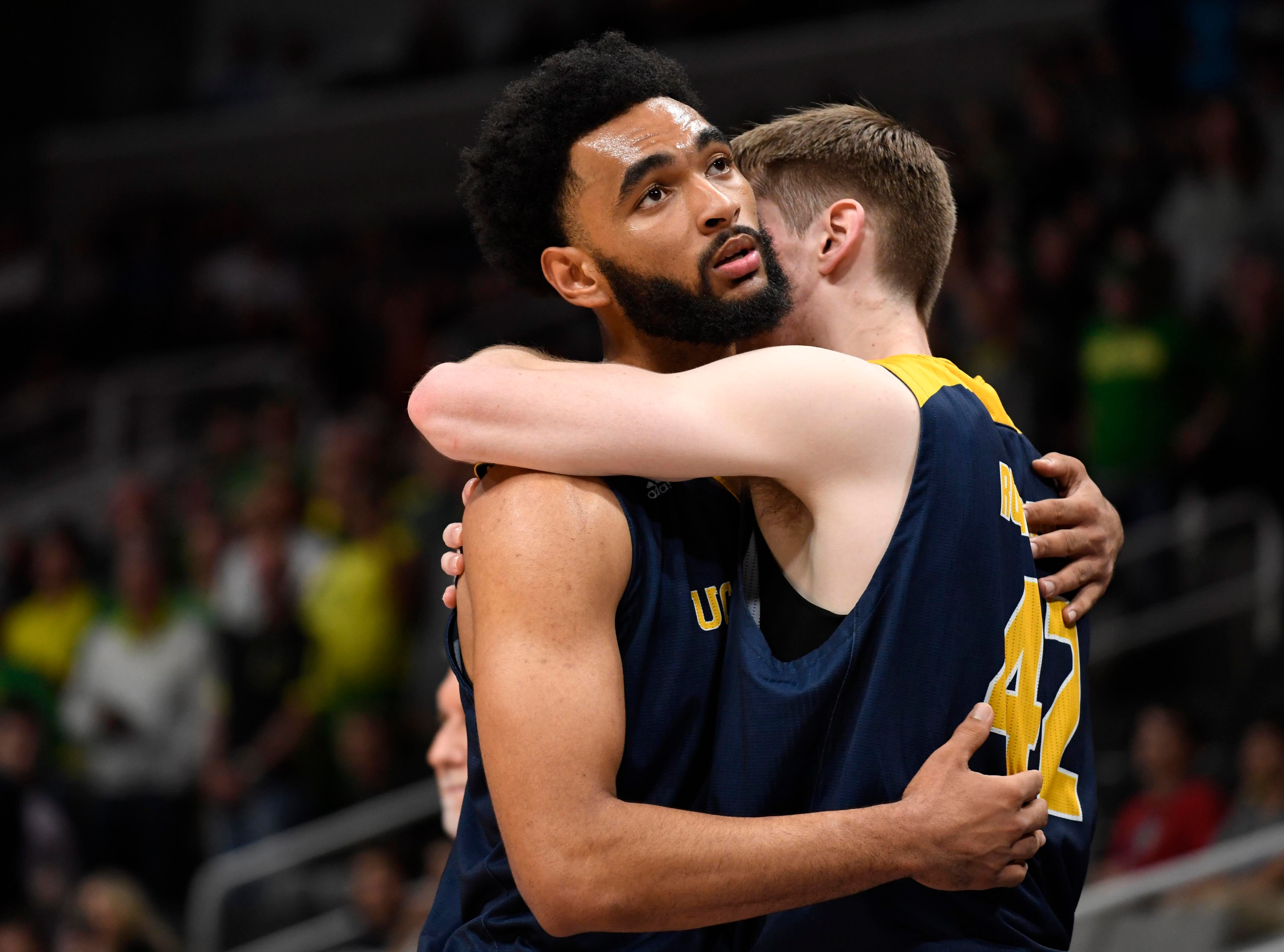 Round of 32: No. 13 UC Irvine loses to No. 12 Oregon, 73-54.