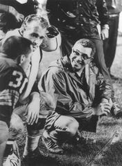 Vince Lombardi talks to Jim Taylor (#31) and Paul Hornung (#5) in 1959.