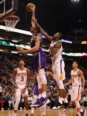 Rudy Gobert del Jazz de Utah realiza una clavada en contra de Suns.