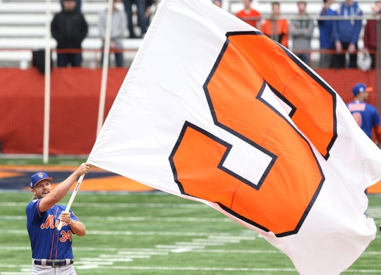 Noah Syndergaard waves the Syracuse University flag at the Mets' practice Tuesday.