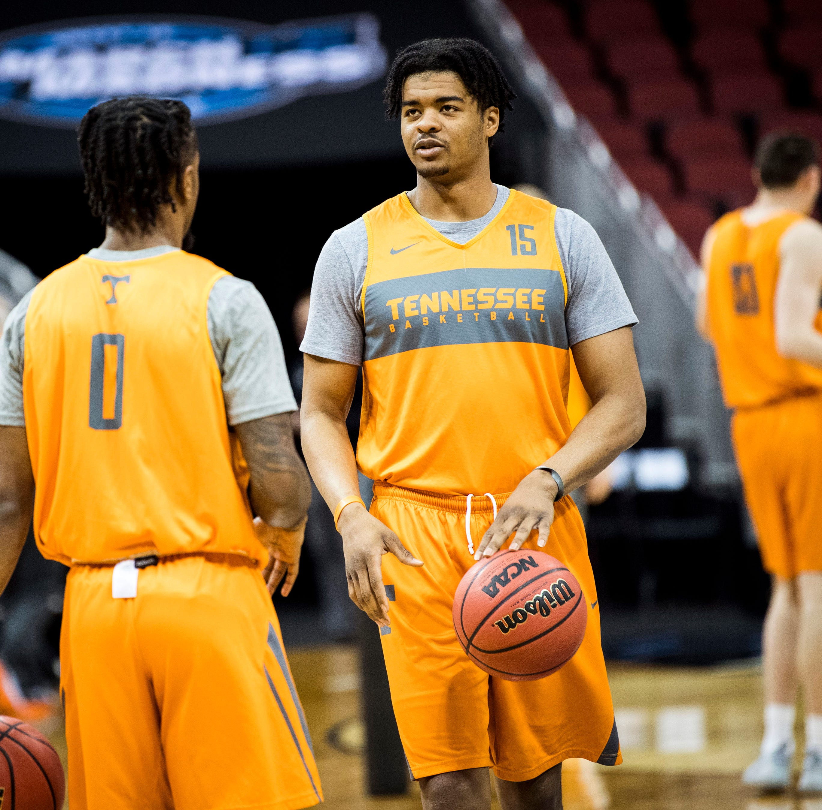 Tennessee basketball's Derrick Walker transfers to Nebraska