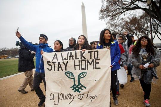 """Un grupo de """"soñadores"""" (jóvenes indocumentados beneficiados por DACA llega a Washington después de hacer un recorrido de 250 millas desde Nueva York."""