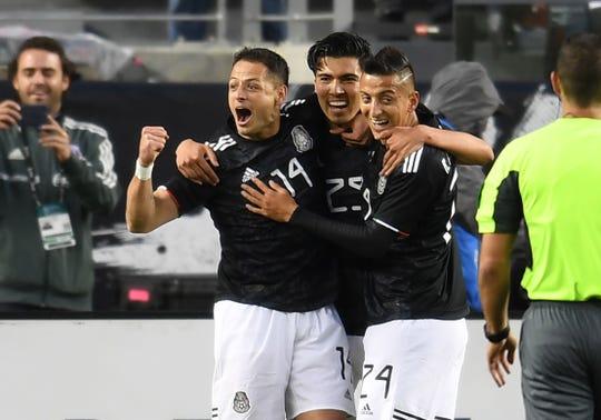 Jugadores de México celebran una de las anotaciones.