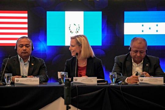 La secretaria de seguridad nacional  Kirstjen Nielsen (C) junto al ministro de seguridad de Honduras Julián Pacheco (der.) y el de El Salvador Mauricio Ramírez.