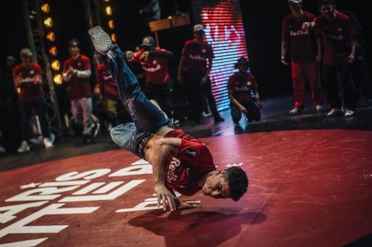 Un joven participa en una demostración de breakdance.