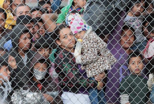 Cientos de migrantes centroamericanos aguardan en la frontera de El Paso.