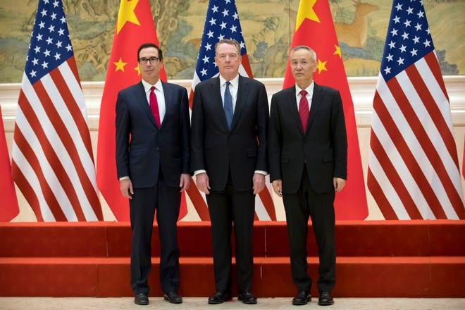 (de izq. a der.) El secretario del tesoro de EEUU, Steven Mnuchin, El representante de intercambio comercial de EEUU, Robert Lighthizer, y el vice primer ministro de China Liu Hue.