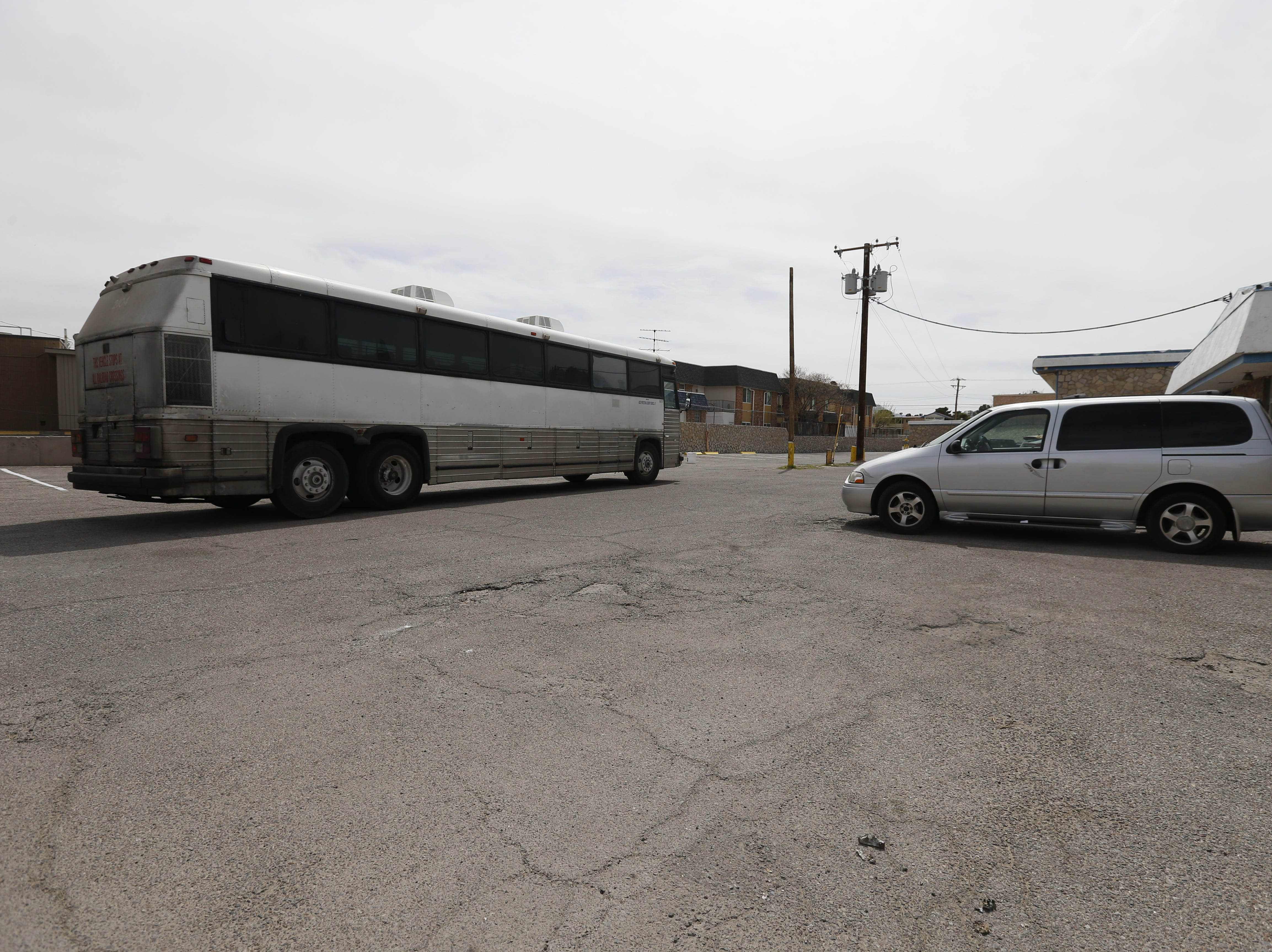 An unmarked bus from the federal government leaves 35 migrants at a west El Paso hotel.