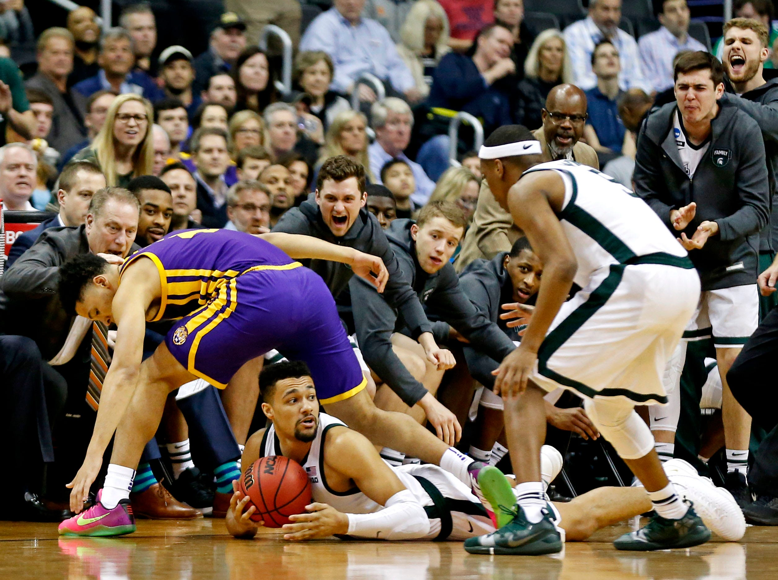 Mar 29, 2019; Washington, DC, USA; Michigan State Spartans forward Kenny Goins (25) and LSU Tigers guard Skylar Mays (4) got for a loose ball in the semifinals of the east regional of the 2019 NCAA Tournament at Capital One Arena. Mandatory Credit: Amber Searls-USA TODAY Sports