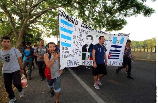 Los migrantes de las caravanas huyen de la pobreza y la violencia que se da en sus países.