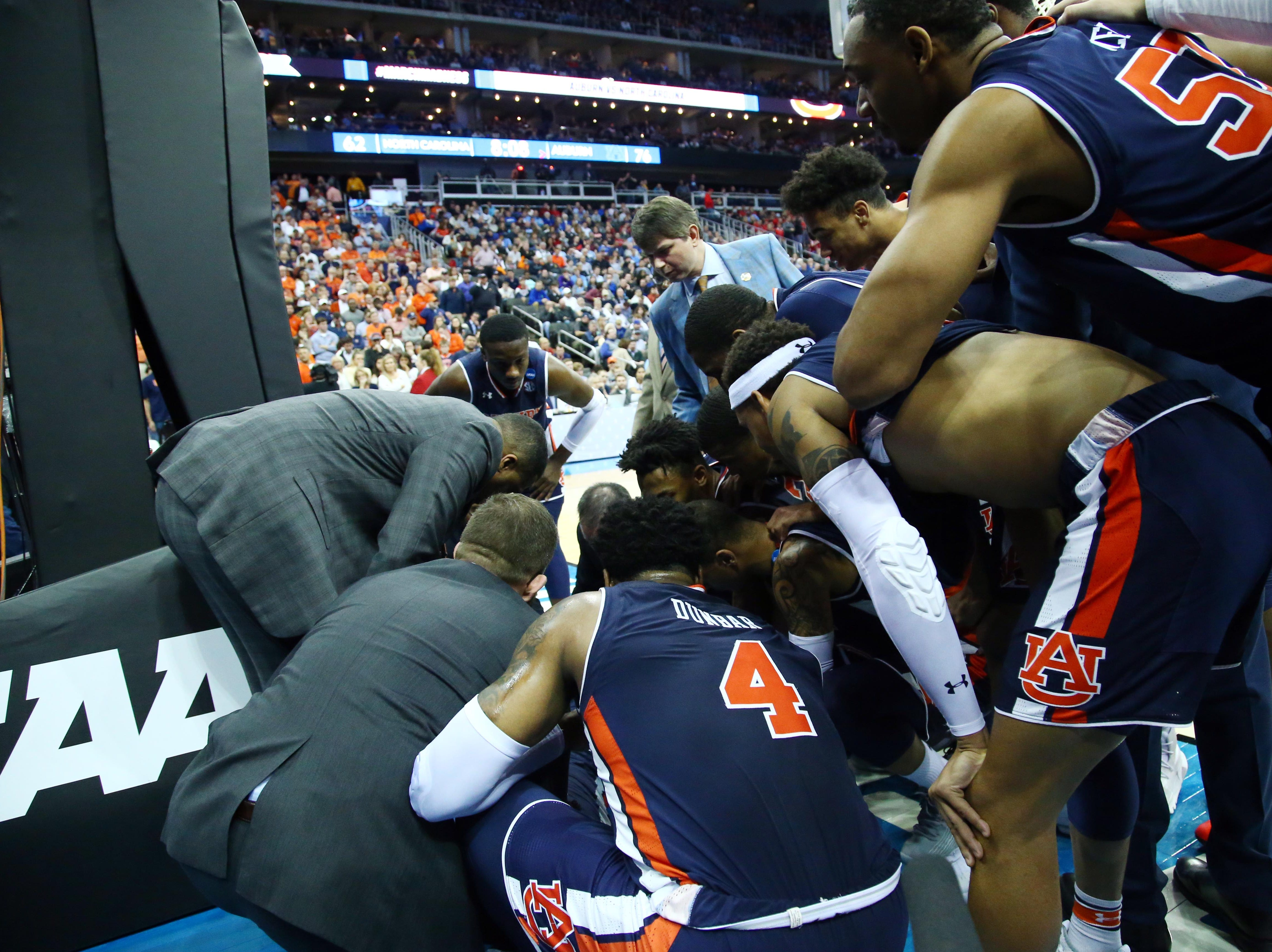 Auburn Tigers players and coaches huddle around forward Chuma Okeke (not pictured) after Okeke suffered an apparent injury against the North Carolina Tar Heels during the second half in the semifinals of the midwest regional of the 2019 NCAA Tournament at Sprint Center.
