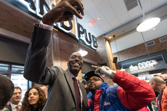 John Salley takes a selfie with a Pistons fan.