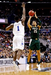 MSU's Kenny Goins hits the game-winning shot over Duke's Zion Williamson in the 2019 East Regional finals.