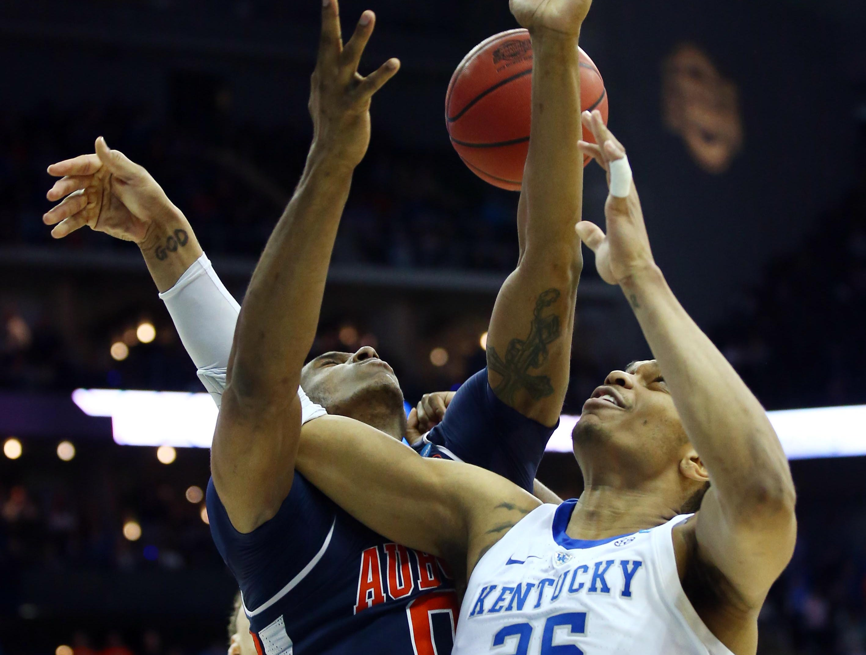 Mar 31, 2019; Kansas City, MO, United States; Kentucky Wildcats forward PJ Washington (25) battles for the ball with Auburn Tigers forward Horace Spencer (0) during the second half in the championship game of the midwest regional of the 2019 NCAA Tournament at Sprint Center. Mandatory Credit: Jay Biggerstaff-USA TODAY Sports