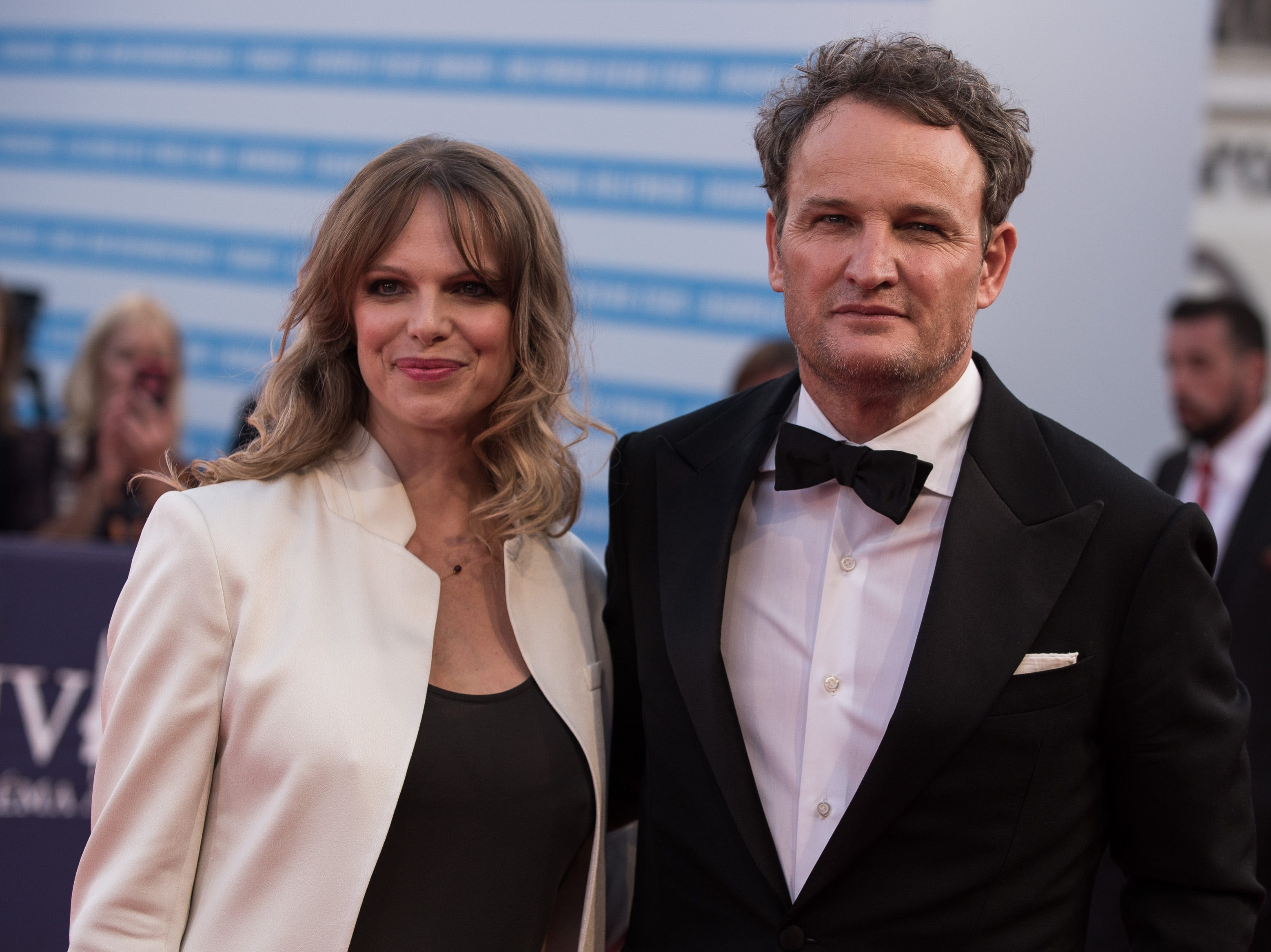 Jason Clarke and wife Cecile Breccia  before the opening ceremony of the  Deauville US Film Festival on Aug. 31, 2018.