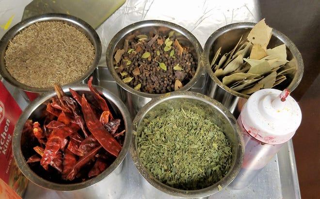 Las especias frescas y enteras como el comino, la mezcla de masala, la hoja de laurel, el chile y las hojas de fenogreco están listas para agregarse a los platos en Royal India Cuisine en Newburgh.