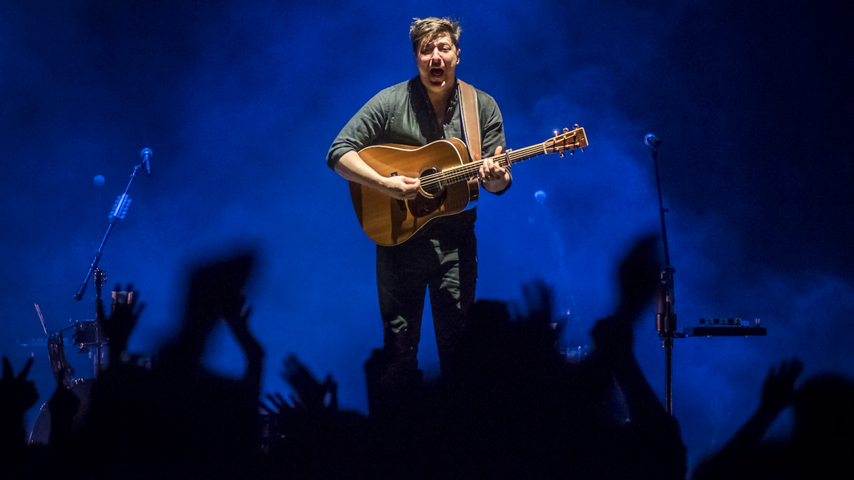 Mumford Sons Cover Ac Dc With Fan At Delta Tour Finale In Milwaukee