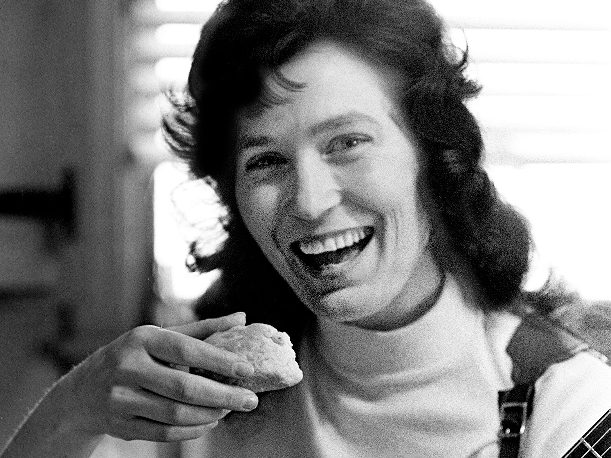 Loretta Lynn takes a break from practicing Jan. 31, 1962, for a biscuit she made.