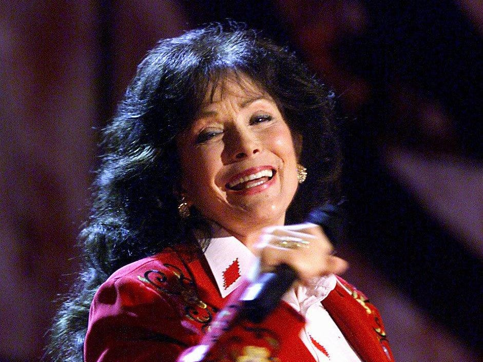 Loretta Lynn sings for the packed audience at the TNN Country Weekly Music Awards show June 15, 2000.