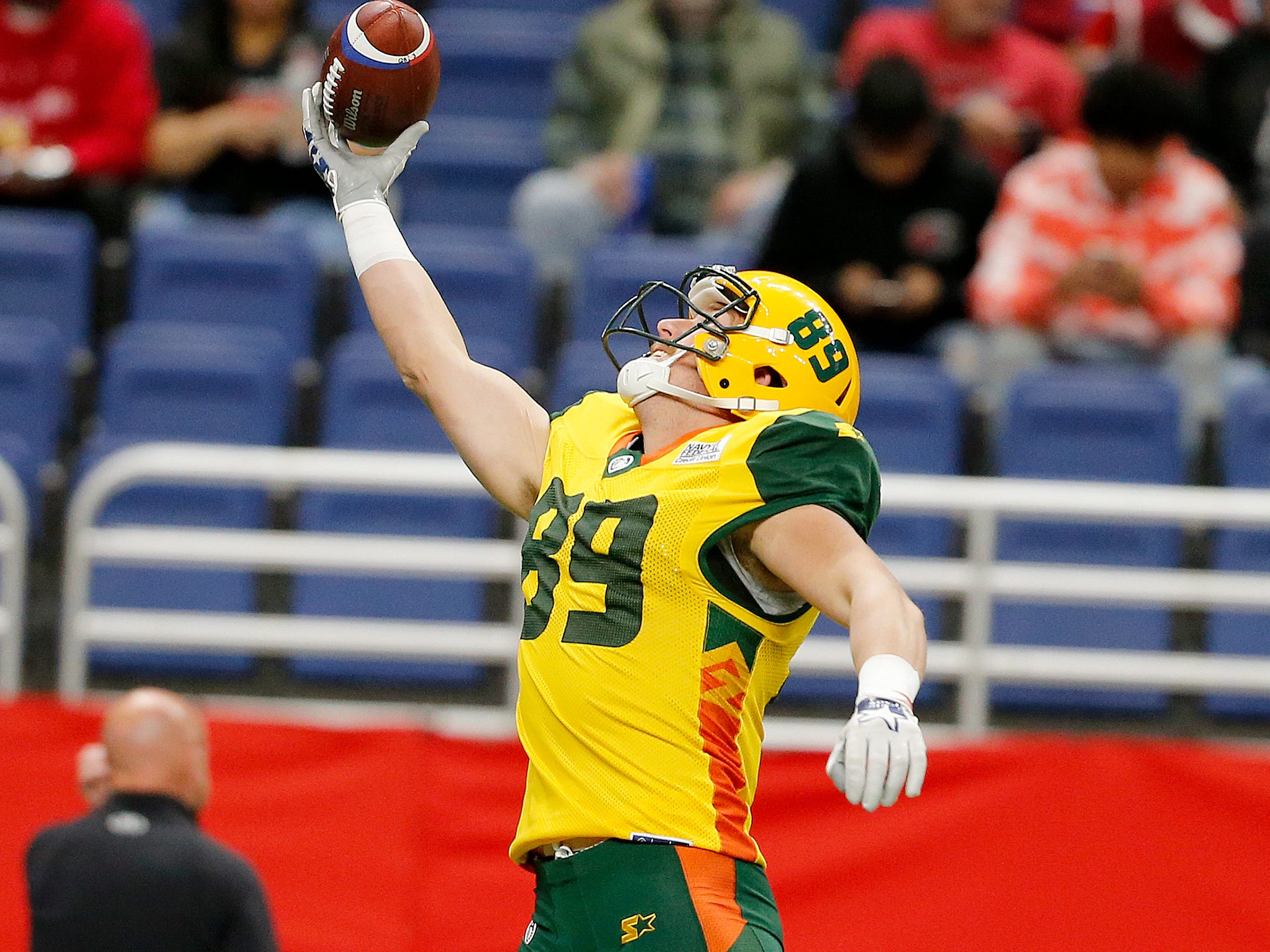 Arizona Hot Shots tight end Connor Hamlett (89) reaches for the ball during warmups before the Arizona Hotshots at San Antonio Commanders AAF football game, Sunday, March 31, 2019, at the Alamodome in San Antonio.