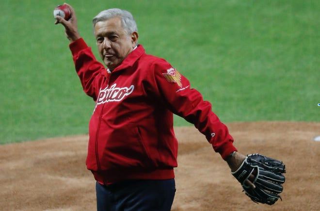 El presidente de México inaugura el nuevo estadio de béisbol de los Diablos Rojos de México.