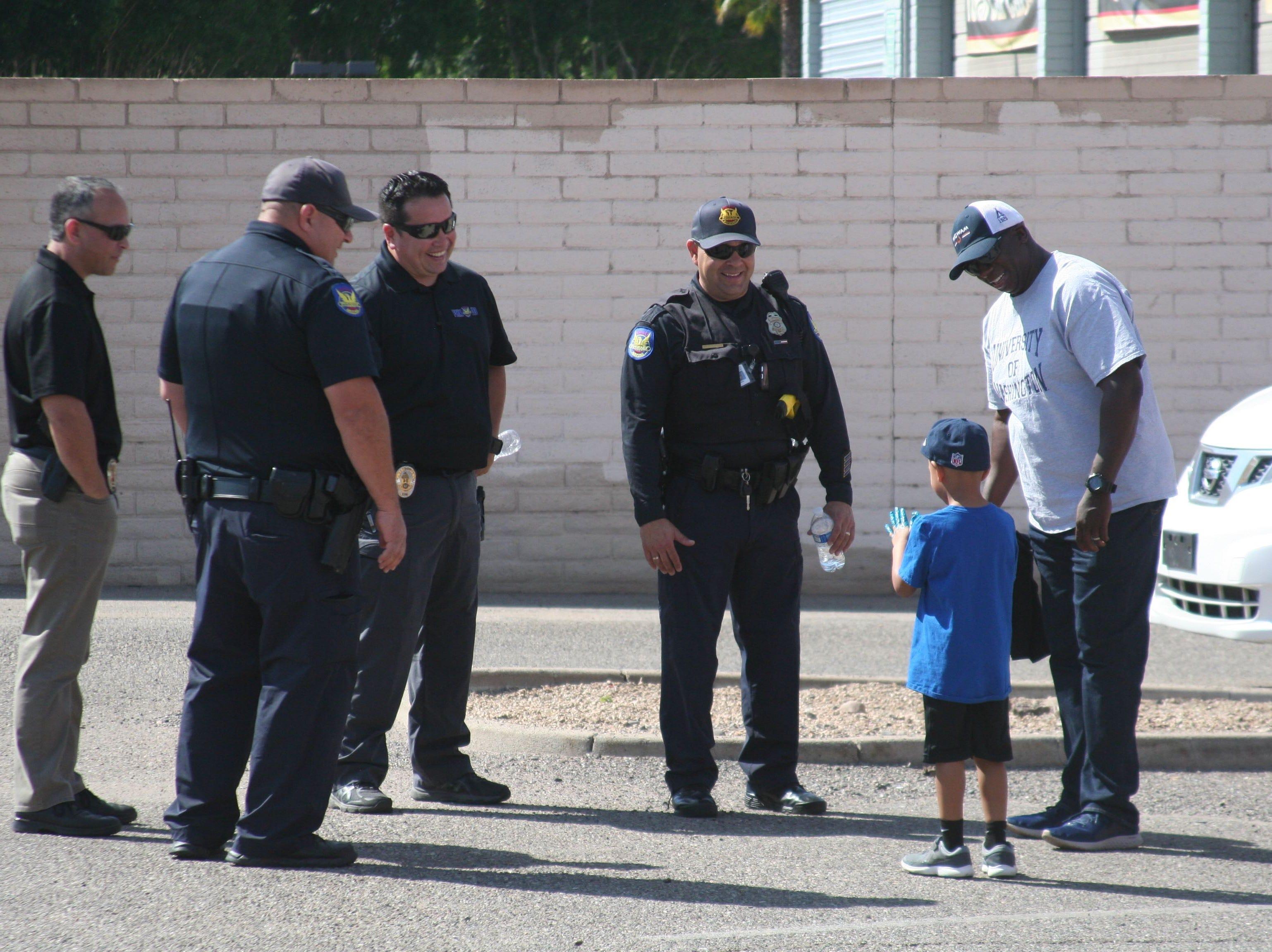 Oficiales de las corporaciones policiacas locales convivieron con el puublico que se dio cita en el estacionamiento contiguo a CPLC, en Maryvale.