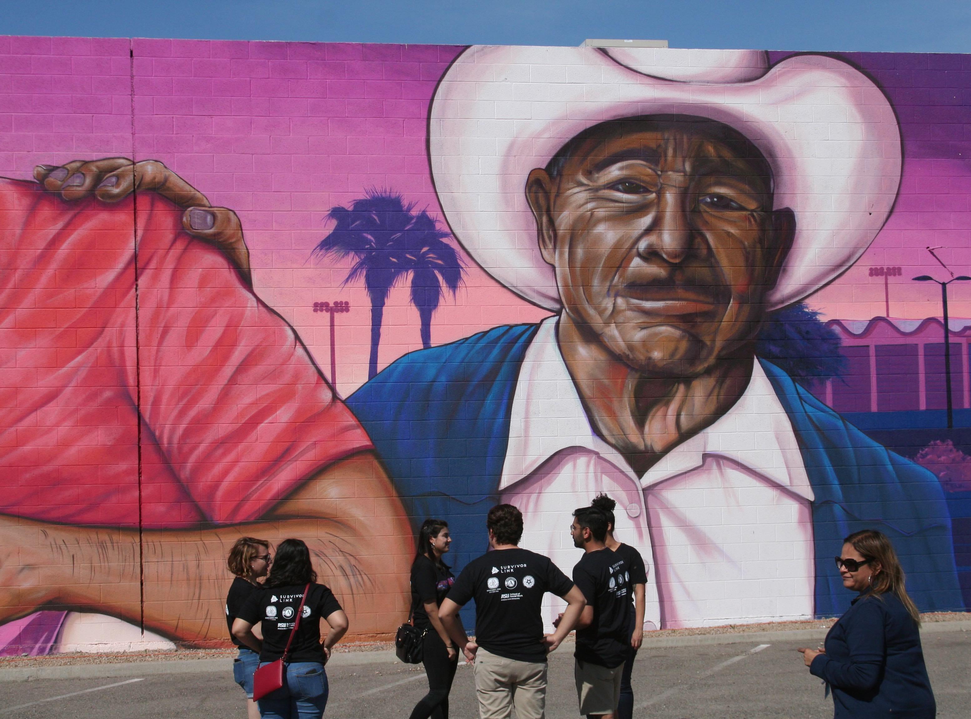 El hombre de campo que apoyó con acciones la lucha campesina de César Chávez, tuvo un espacio en la obra de Isaac Caruso.