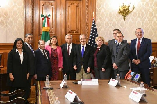 Fotografía cedida por la Presidencia de México que muestra al presidente Andrés Manuel López Obrador (c) mientras posa con un grupo de legisladores de la Cámara de Representantes de Estados Unidos